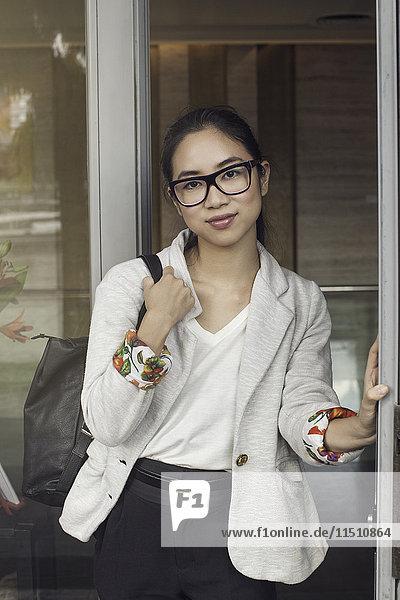 Junge Frau in der Tür stehend  Porträt