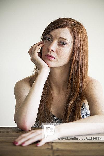 Frau mit skeptischem Blick  Porträt