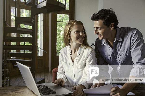 Paar mit Laptop-Computer zusammen zu Hause