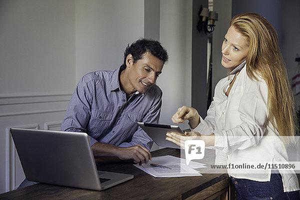 Paare arbeiten mit drahtlosen Geräten zu Hause