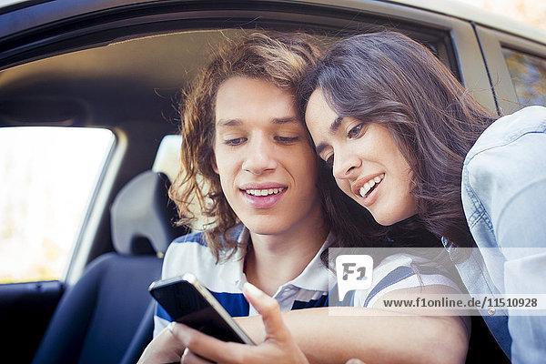 Paar schaut auf Smartphone