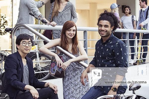 Studenten machen eine Pause im Freien