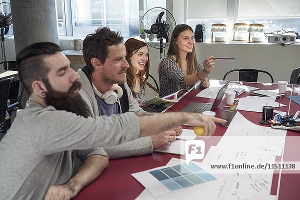Kreative Kollegen beim Brainstorming im Meeting