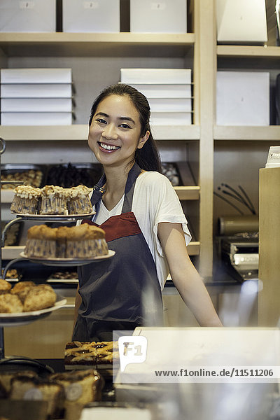 Junge Frau hinter Bäckerei-Theke  Portrait