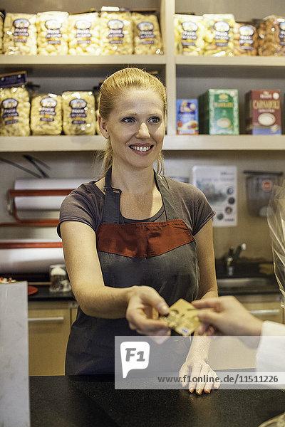 Ladenbesitzer  der die Kreditkarte des Kunden akzeptiert