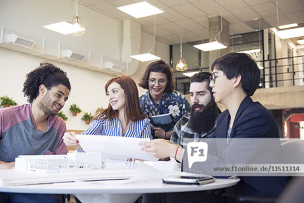 Aufstrebende Architekten arbeiten gemeinsam am Projekt