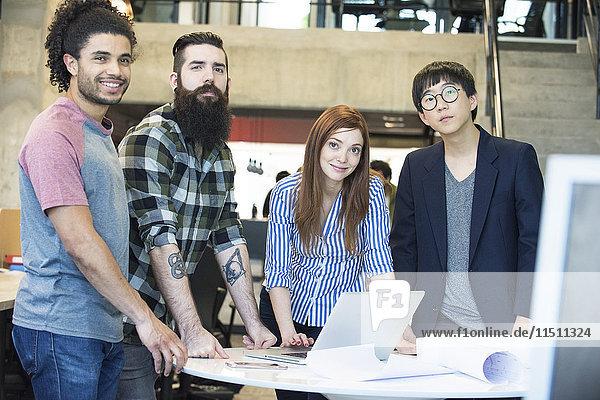 Team von Kollegen  die gemeinsam an einem Projekt im Büro arbeiten