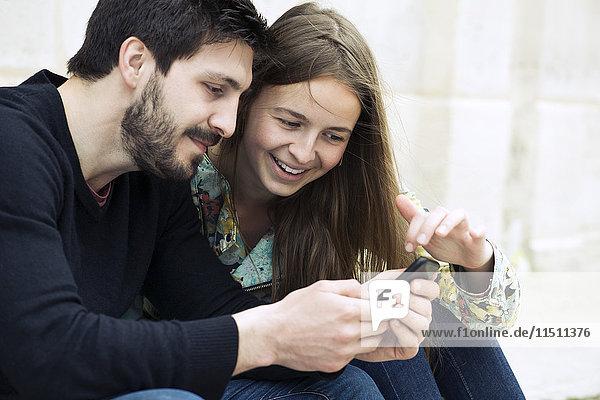 Paare mit Smartphone zusammen