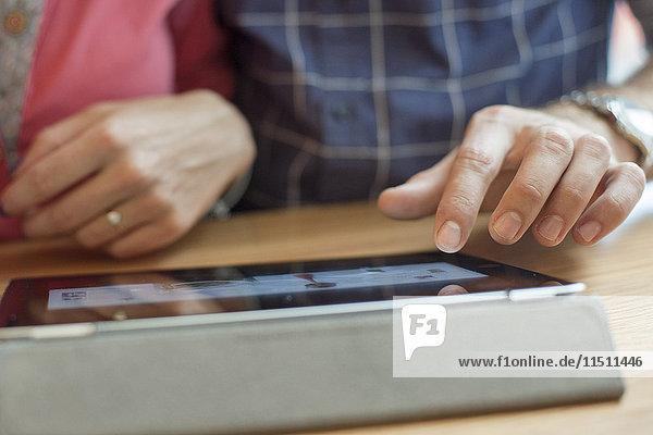 Paar mit digitalem Tablett  beschnitten