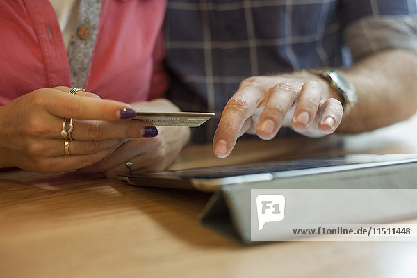 Paar-Shopping online mit digitalem Tablett  beschnitten