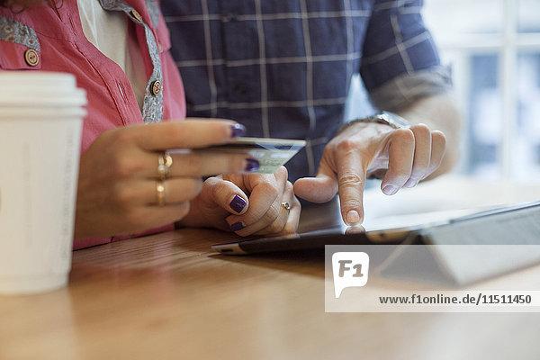 Paare online einkaufen mit digitalem Tablett
