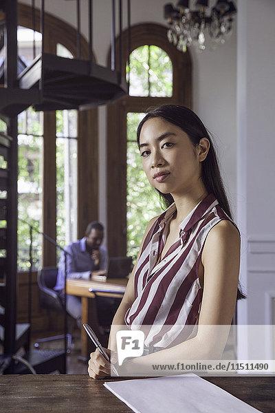 Junge Frau im Amt  Porträt