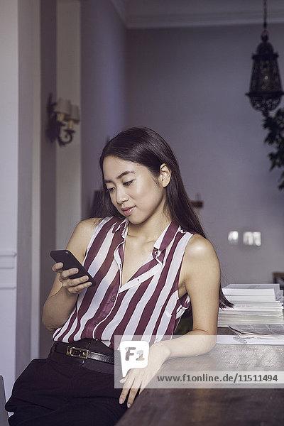 Frau entspannt sich mit dem Smartphone