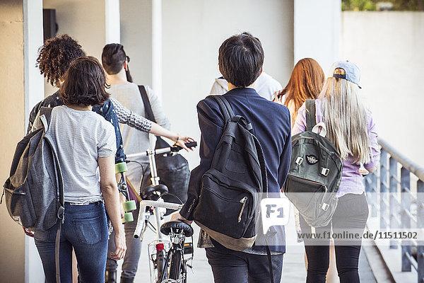 Studenten  die zum Unterricht gehen