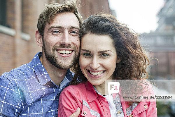 Paar lächelnd  Wange an Wange  Portrait