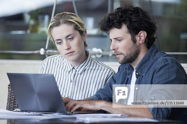 Pärchen mit Laptop-Computer zusammen