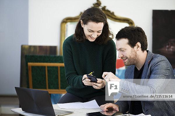 Frau teilt Inhalte von Smartphones mit Kollegen