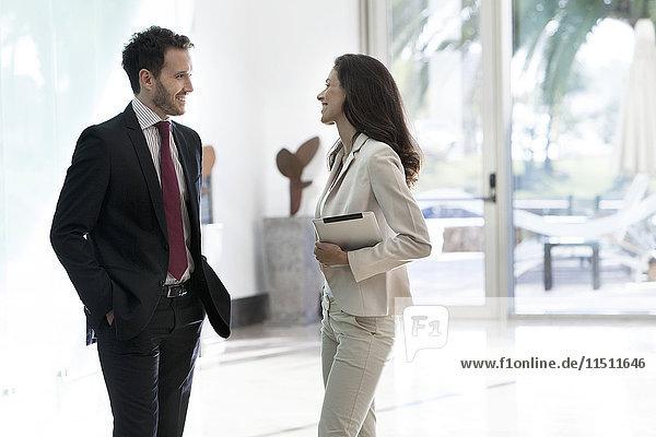 Geschäftsfreunde im Büroflur im Gespräch