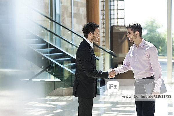 Geschäftspartner tauschen Grüße aus