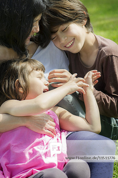 Mutter und zwei Kinder verbringen gemeinsam Zeit im Freien