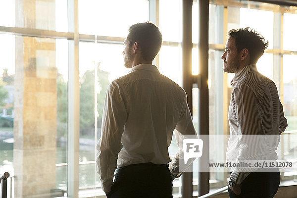 Geschäftspartner  die gemeinsam über die Zukunft nachdenken