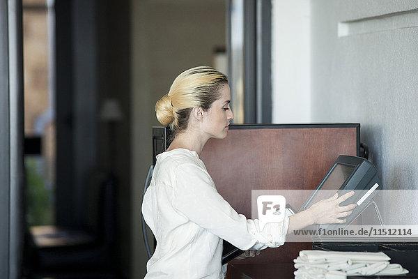 Kellnerin mit Computer im Restaurant