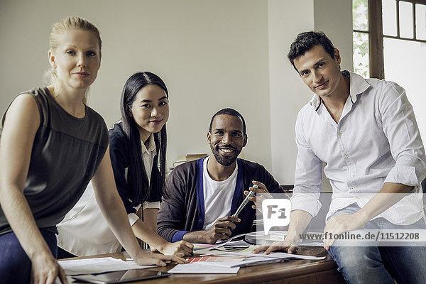 Geschäftspartner bei der Zusammenarbeit im Büro  Porträt