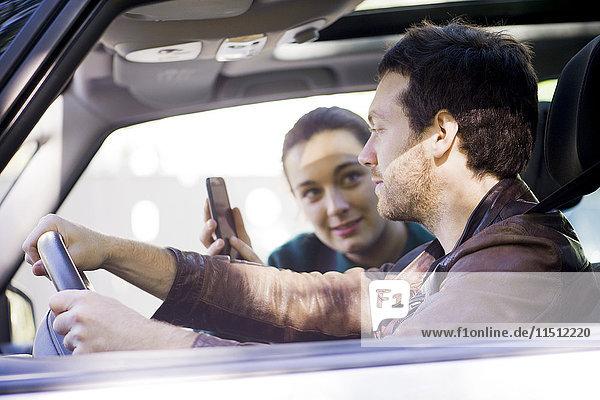 Pärchen auf Reisen mit Smartphone App zur Navigation