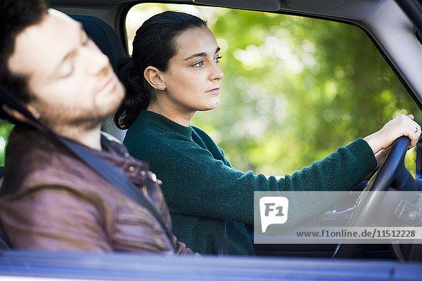 Frau beim Autofahren während des Mittagsschlafs