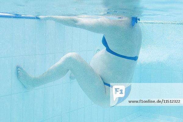 Schwangere Frau beim Training im Schwimmbad