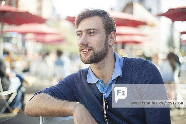 Mann entspannt sich im Freien  Portrait