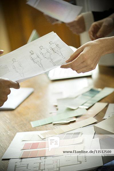 Designer diskutieren über das Projekt