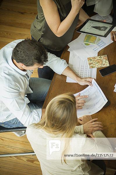 Kollegen  die während des Meetings zusammenarbeiten