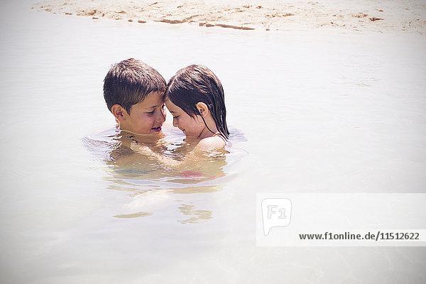Kinder spielen zusammen im Meer