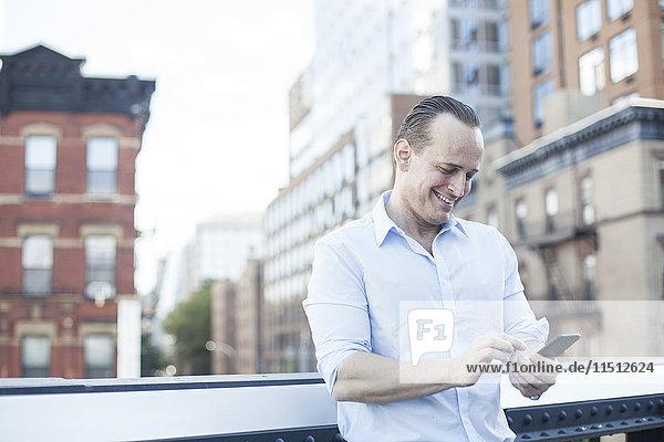 Man Textnachrichten mit Smartphone