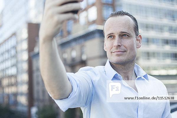 Mann posiert für einen Selfie