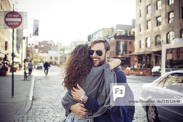 Paar umarmt die Stadtstraße