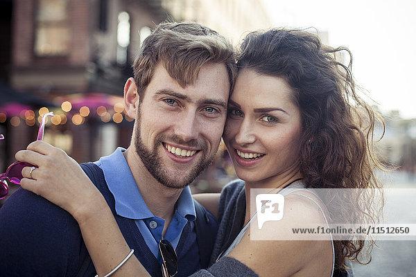 Paar im Freien umarmend  Portrait