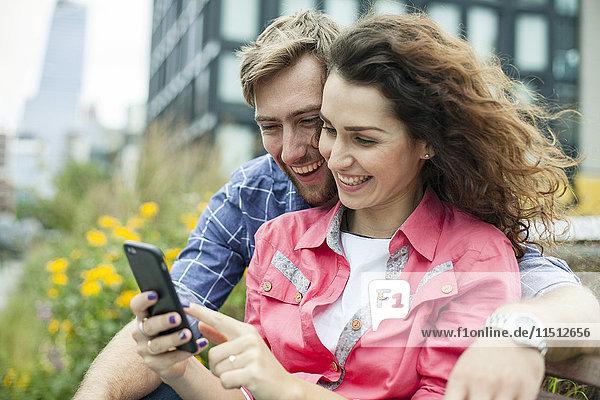 Entspannen im Freien mit dem Smartphone