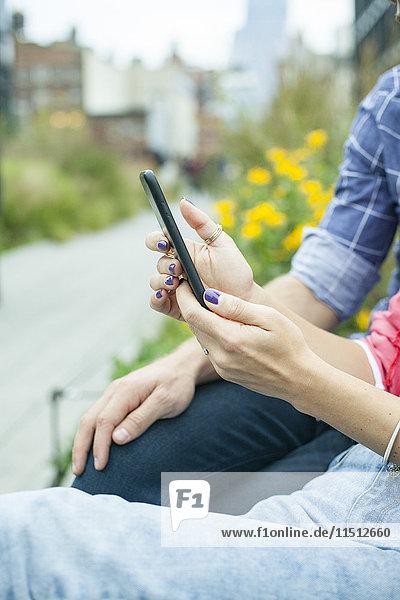 Paar mit Smartphone im Freien  beschnitten