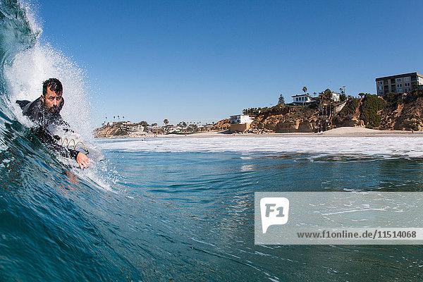 Mann surft im Meer  Encinitas  Kalifornien  USA