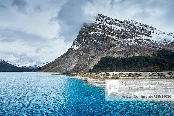 Wanderer  die an Seen und schneebedeckten Bergen wandern  Banff  Alberta  Kanada