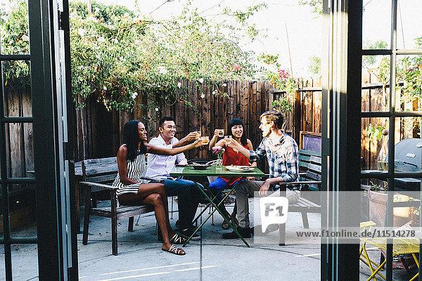 Gruppe von Freunden stößt auf Gartenparty an