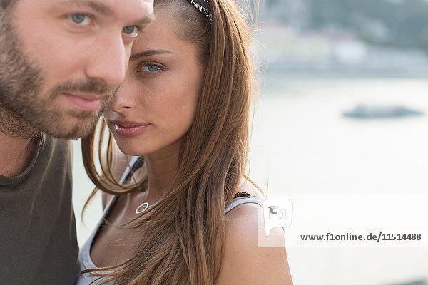 Porträt eines schwülen jungen Paares am Wasser  Budapest  Ungarn