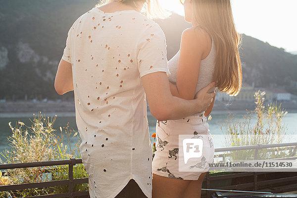 Junges Paar auf der Dachterrasse am Wasser  Budapest  Ungarn