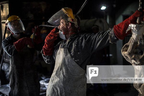Metallarbeiter in der Gießerei