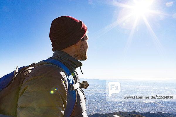 Wanderer am Aussichtspunkt  Cucamonga Peak  Mount Baldy  Kalifornien  USA