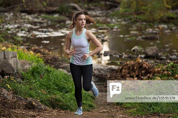 Junge Frau beim Training  Laufen  am Fluss