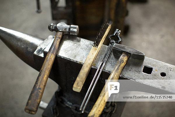 Hämmer und Zangen auf Metallwerkstattamboss