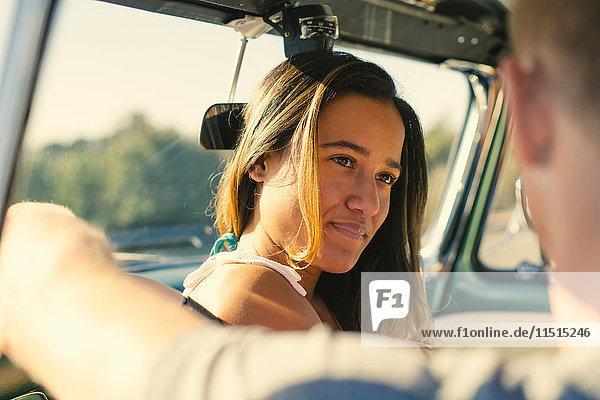 Über-Schulter-Ansicht eines fahrenden Paares in einem geparkten Lastwagen